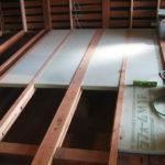 床に断熱パネルを施工しています。