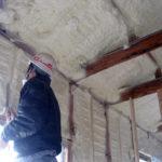 壁や天井に断熱材として発泡ウレタンを吹き付けました。これで冬場も暖かく過ごせます。