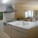 キッチンが設置されました。高級感のある広々した対面式キッチンで、日々の料理・洗い物が楽になりそうです。